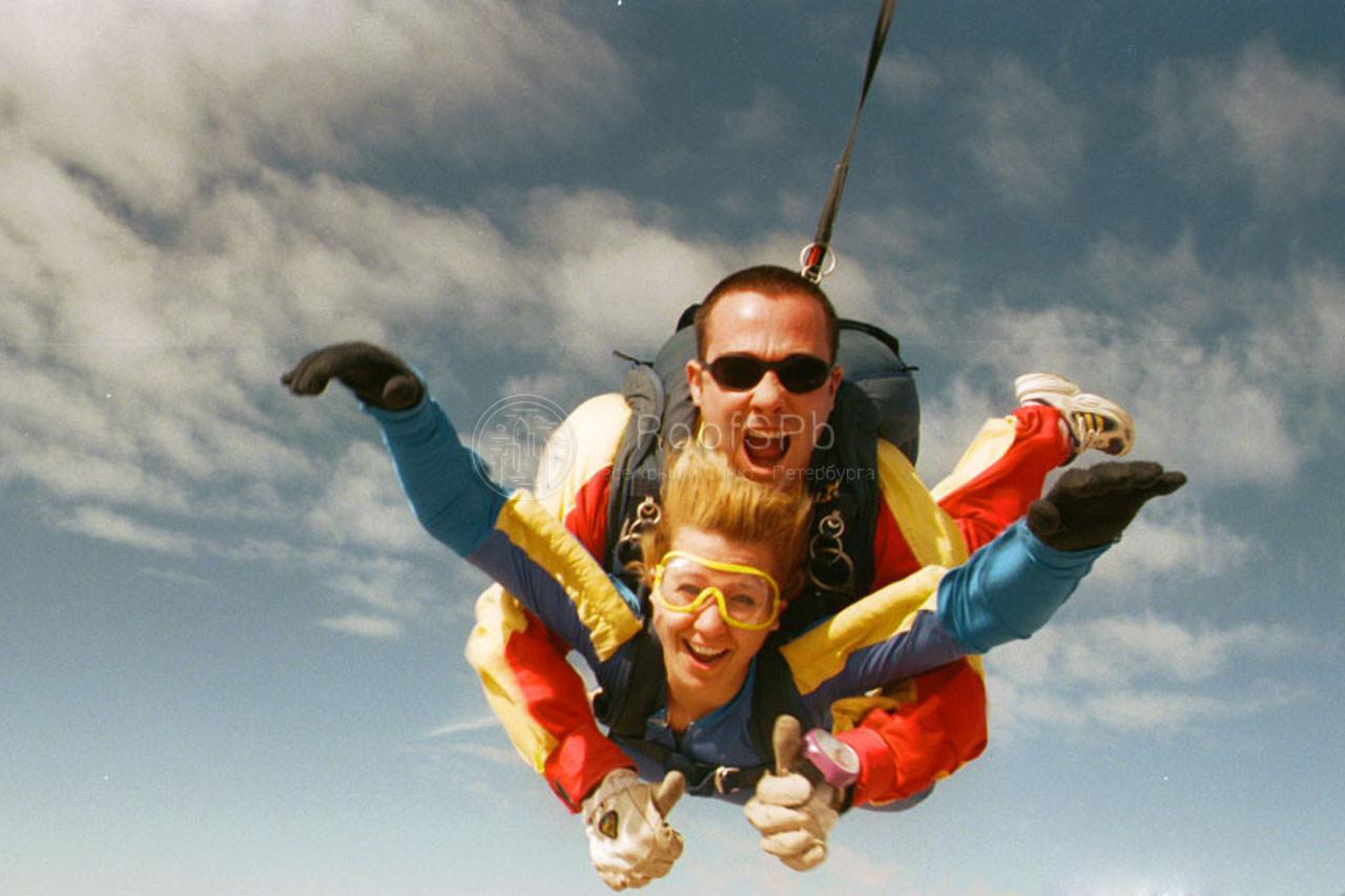 прыжок с парашютом голой девушки